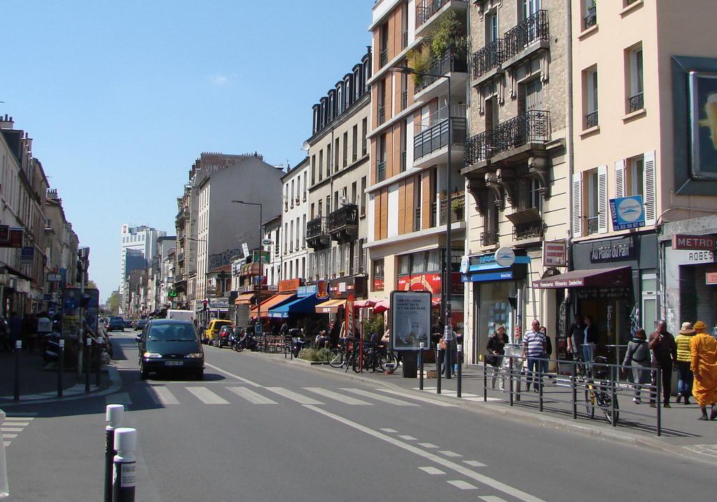 Robespierre 2. Plusieurs décennies se sont écoulées et la rue de Paris à  Montreuil, notamment dans cette partie faisant suite à la porte de Montreuil,